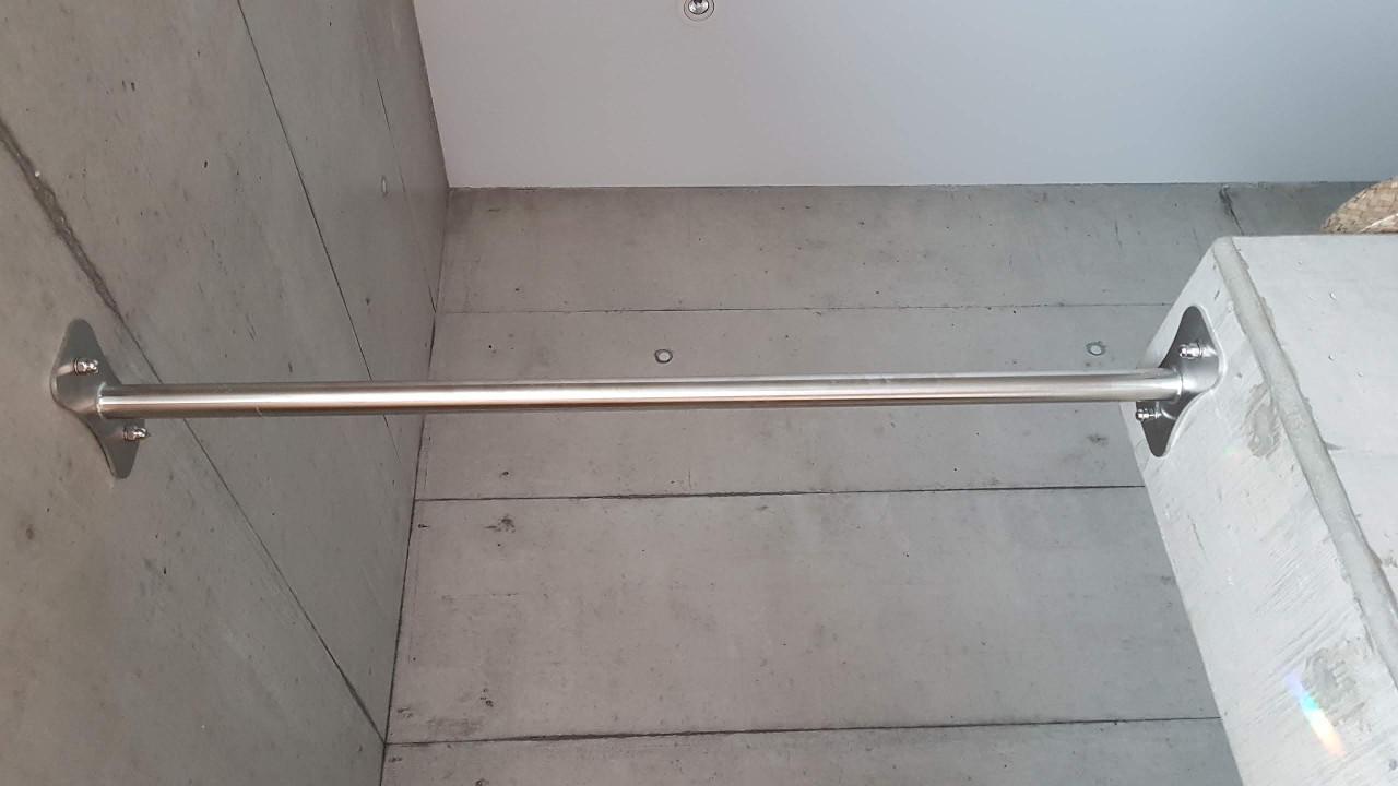 klimmzugstange_flur_beton