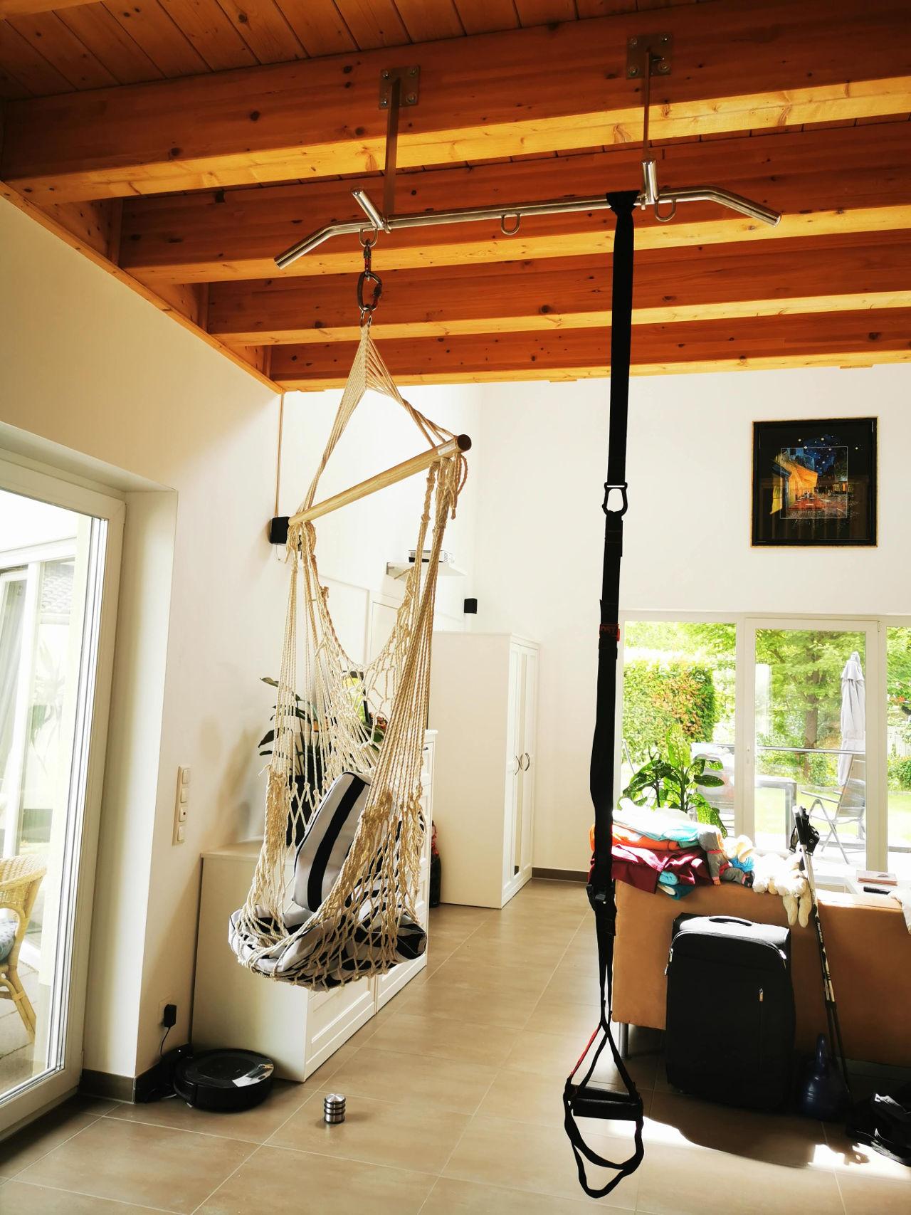 klimmzugstange_sling_trainer_wohnzimmer